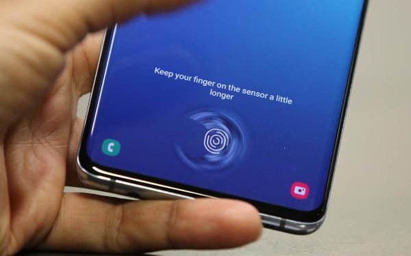 Mang Galaxy S10 đi dán màn hình xong, người phụ nữ hốt hoảng vì bất kỳ ai cũng có thể qua mặt vân tay siêu âm của máy