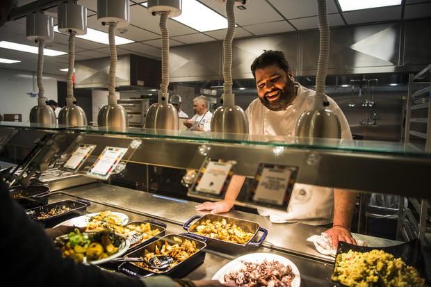 Xem cách Facebook phục vụ đồ ăn đỉnh như nhà hàng thế này, bảo sao nhân viên không chịu ra ngoài cũng dễ hiểu - Ảnh 1.