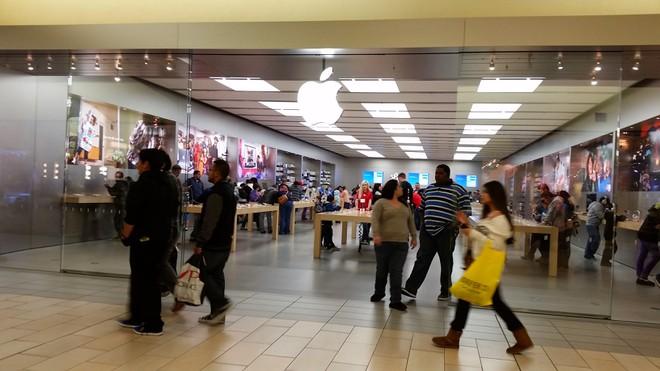 Nhan vien Apple Store bi duoi vi an cap anh trong dien thoai khach hinh anh 1
