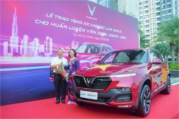 VinFast tặng xe Lux SA2.0 cho huấn luyện viên Park Hang-seo sau loạt trận bất bại của tuyển Việt Nam