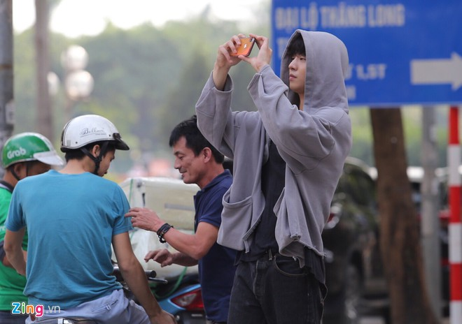 Sang Viet Nam, cac than tuong Han Quoc dung dien thoai gi? hinh anh 5