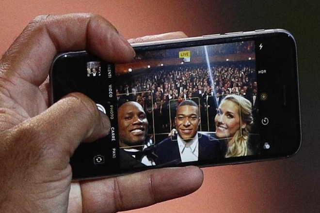 Didier Drogba chup anh selfie cung Mbappe bang iPhone doi cu hinh anh 1
