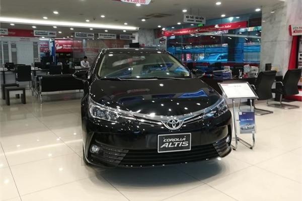 """Toyota Innova giảm sút, Altis tiếp tục """"hụt hơi"""" trong cuộc chạy đua với đối thủ"""