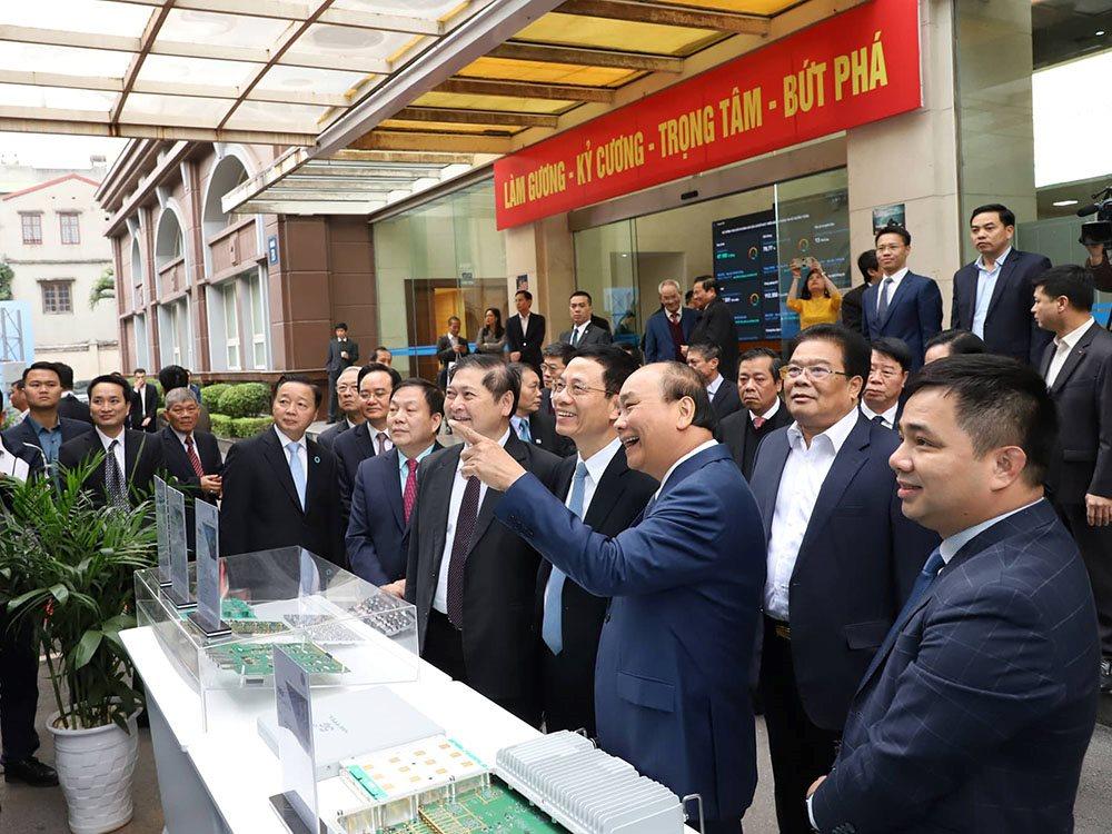 Thủ tướng: Việt Nam phát triển mạnh mẽ hay không là ở việc áp dụng công nghệ | Thủ tướng Nguyễn Xuân Phúc: Kinh tế số là động lực quan trọng đưa Việt Nam tiến nhanh, đi tắt