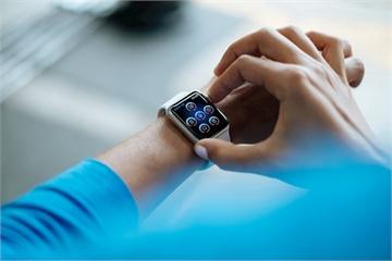 Ứng dụng ngân hàng đầu tiên trên Apple Watch có thể chuyển khoản, nạp tiền điện thoại bằng giọng nói