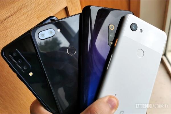 Đừng mua smartphone cao cấp nếu bạn muốn nhiều tính năng mới