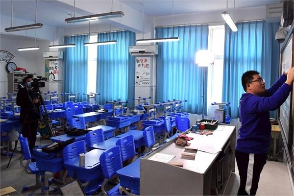 Học sinh nghỉ học vì virus Corona, thầy giáo Trung Quốc lên mạng giảng bài