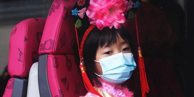 Hong Kong giam sat nguoi nghi nhiem virus corona bang vong deo tay hinh anh 1 5e398f605bc79c4076620d1d.jpg