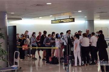 Tìm 5 người nhập cảnh bay cùng hành khách Nhật dương tính Covid-19