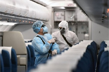 """Bác sĩ nói gì về """"đi chung máy bay với người nhiễm Covid – 19""""?"""