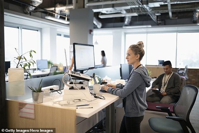Khoa học chứng minh: Dân văn phòng nên quỳ hoặc ngồi xổm khi làm việc, vì đây mới là tư thế tốt nhất cho sức khỏe - Ảnh 1.
