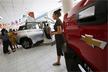 Đổ xô đến đại lý mua xe Chevrolet giảm nửa giá