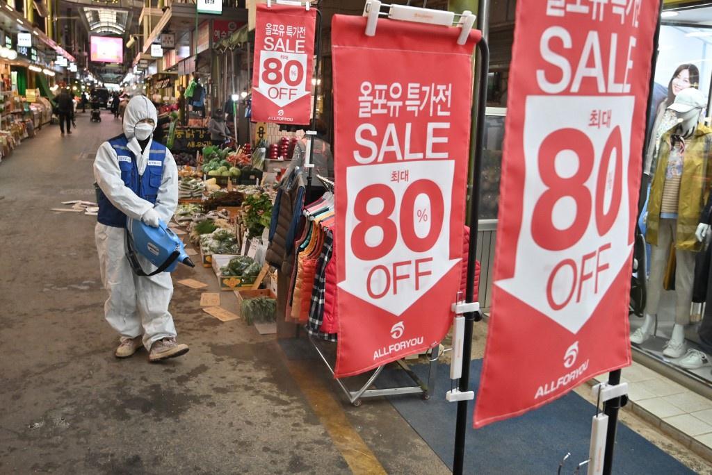 Nguoi dan Han Quoc xep hang dai mua khau trang ngua nhiem virus corona hinh anh 7 Khau_trang_Han_Quoc_10_AFP.jpg