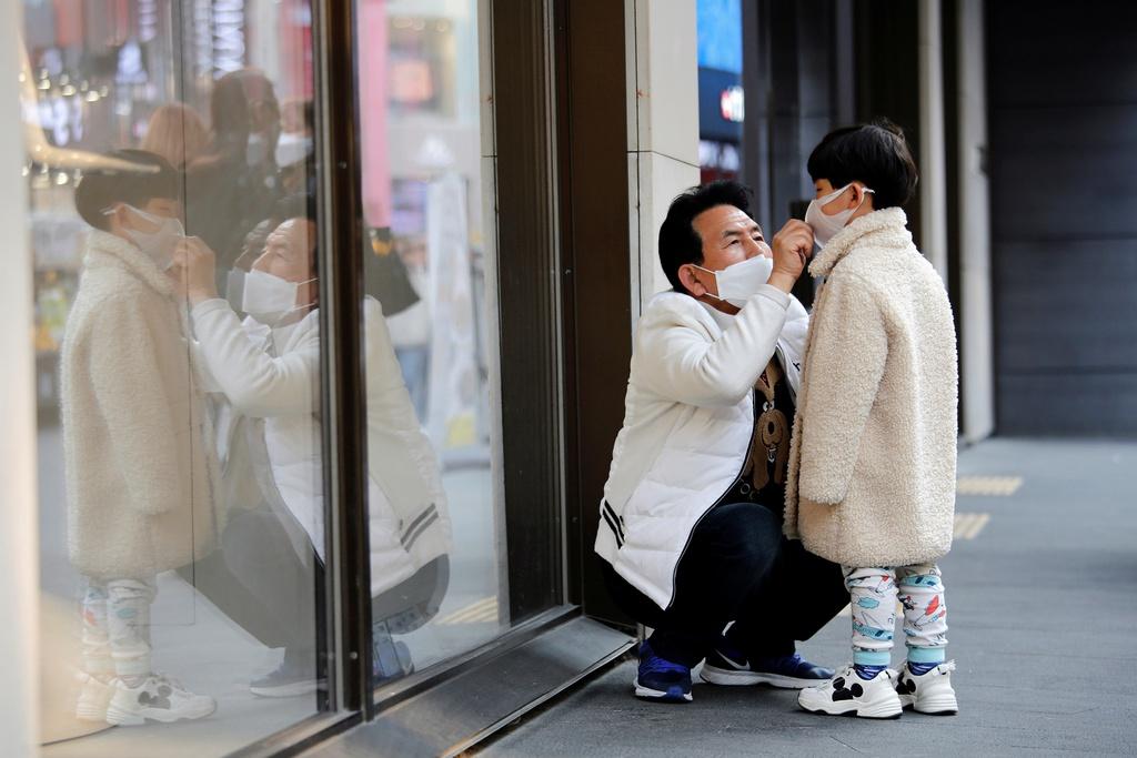 Nguoi dan Han Quoc xep hang dai mua khau trang ngua nhiem virus corona hinh anh 3 Khau_trang_Han_Quoc_4.jpg