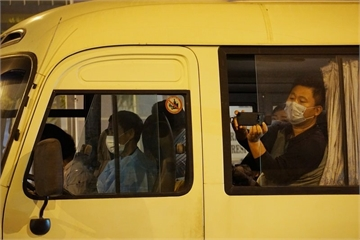 Hình ảnh 18 khách Hàn Quốc ra sân bay về nước lúc nửa đêm, 2 người xin ở lại
