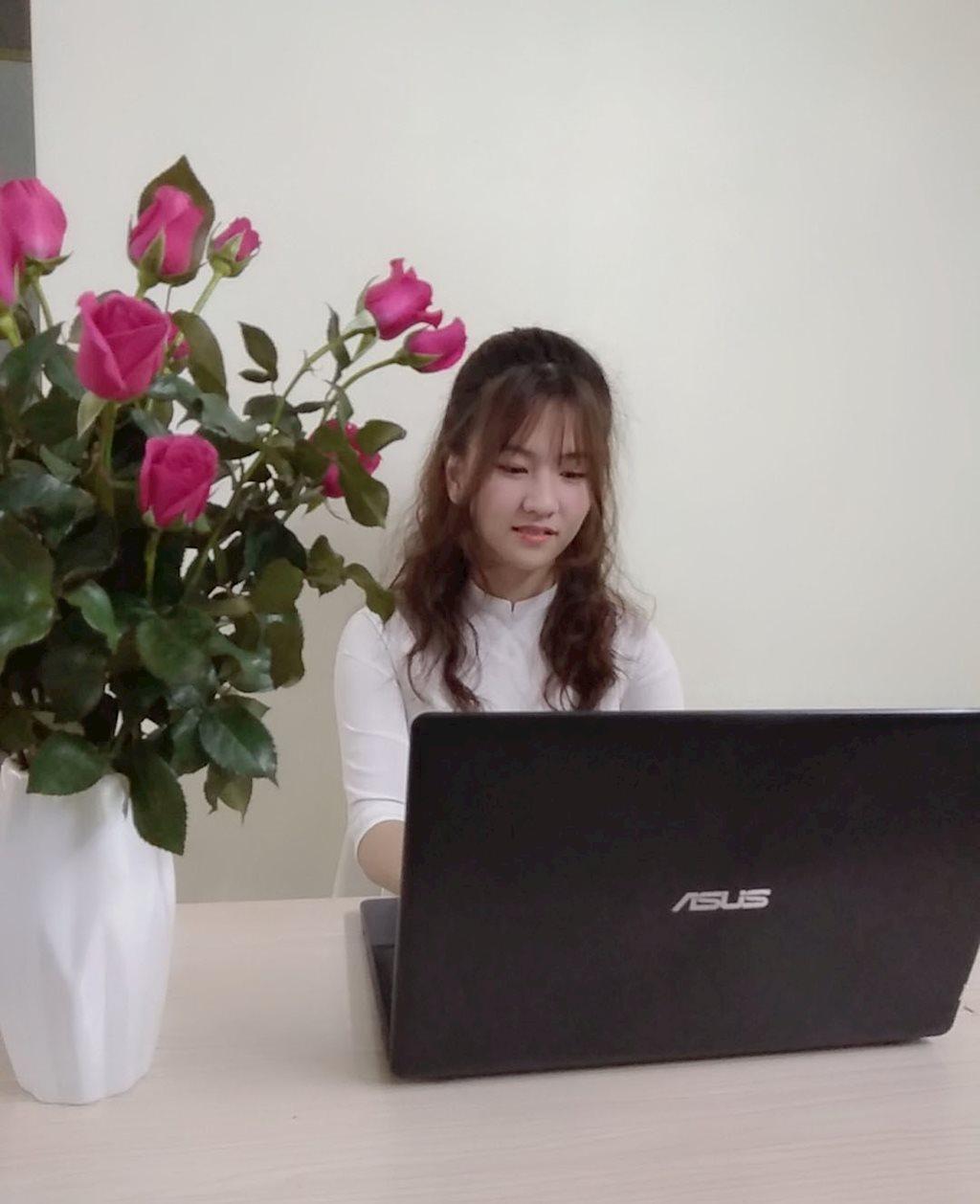 Nữ sinh 17 tuổi sắp tốt nghiệp đại học nhờ học online tại FUNiX | Chủ tịch FPT tặng 4 phần thưởng đặc biệt cho một nữ sinh viên 17 tuổi