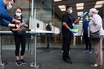 Apple Store mở lại: Khách hàng phải đeo khẩu trang, đo nhiệt độ, cách nhau 2m