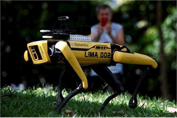 Robot chó nhắc người dân Singapore giãn cách xã hội