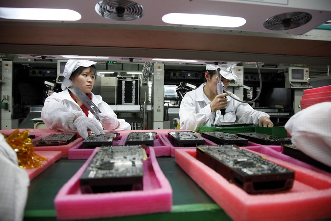 San xuat o Viet Nam, mua AirPods trong nuoc co re hon nuoc ngoai? hinh anh 2 china_hi_tech_industry_hon_hai_groups_foxconn_plant_assembly_line_workers_4_1200x9999.jpg