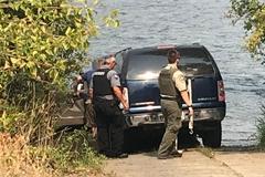 Tài xế lao SUV xuống sông để nạp thêm nước làm mát