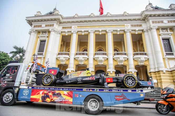 Cận cảnh xe đua F1 diễu hành trên đường phố thủ đô - ảnh 3