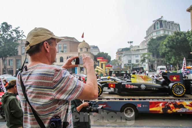 Cận cảnh xe đua F1 diễu hành trên đường phố thủ đô - ảnh 10