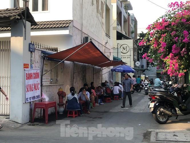 Hàng quán vẫn nghỉ tết, dân công sở chật vật tìm quán ăn - ảnh 11