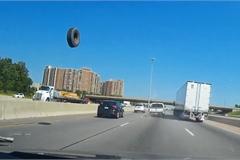 Xe bán tải rụng lốp trên cao tốc gây họa cho ôtô đi sau
