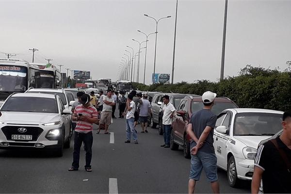 Cao tốc Long Thành kẹt nhiều giờ, dân phá dải phân cách đi bộ về TPHCM