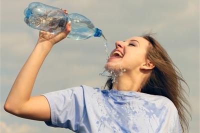 Không muốn hỏng thận thì đừng uống nước theo những cách này