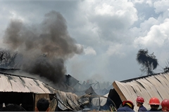 Cháy lớn khói bốc ngút trời ở Sài Gòn, nghìn mét vuông nhà xưởng đổ sập