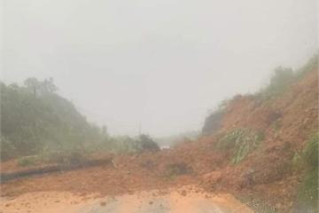 Sạt lở trên đèo Khánh Lê, quốc lộ nối Đà Lạt - Nha Trang ách tắc nhiều giờ
