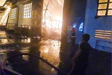 70 lính cứu hỏa xuyên đêm dập lửa ở xưởng đồ gỗ xuất khẩu