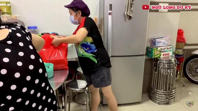 Nghệ sĩ Phi Phụng ế show, làm shipper phụ con trai thời dịch ảnh 2