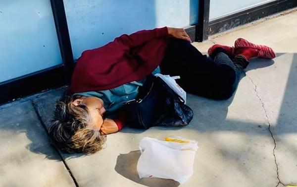 Hình ảnh mới nhất của Kim Ngân ở Mỹ: Đói lả, ngủ bên vệ đường ảnh 1