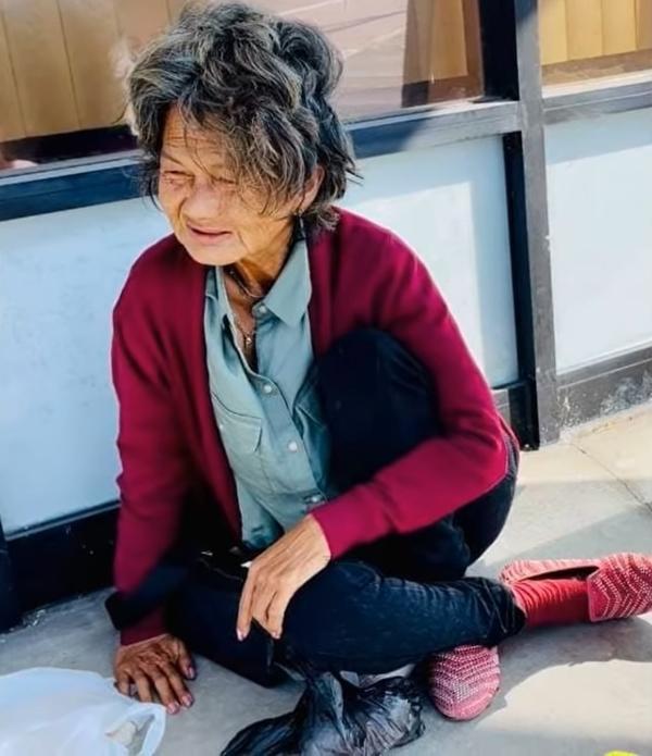 Hình ảnh mới nhất của Kim Ngân ở Mỹ: Đói lả, ngủ bên vệ đường ảnh 2