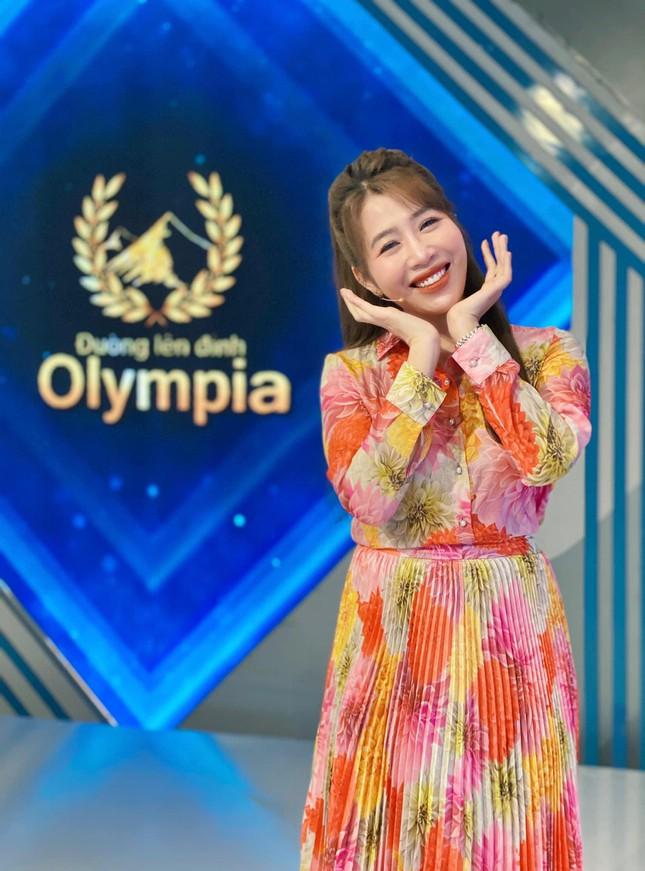 Nhìn lại hành trình 5 năm MC Diệp Chi dẫn Đường lên đỉnh Olympia ảnh 2