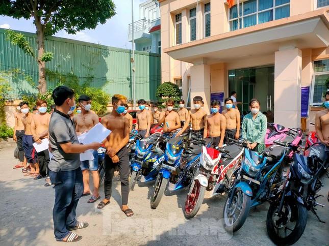 Hàng chục 'quái xế' tụ tập đua xe khi địa phương đang giãn cách xã hội ảnh 1