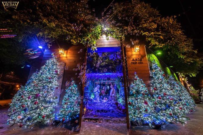 Choáng ngợp sắc màu Noel trong biệt thự 60 tỷ của Đàm Vĩnh Hưng - ảnh 1