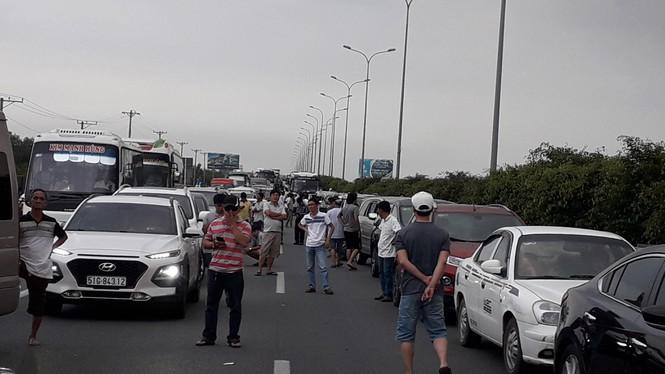 Cao tốc Long Thành kẹt nhiều giờ,dân phá dãi phân cách, đi bộ về TPHCM - ảnh 2