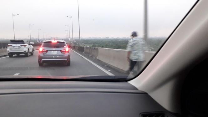 Cao tốc Long Thành kẹt nhiều giờ,dân phá dãi phân cách, đi bộ về TPHCM - ảnh 4