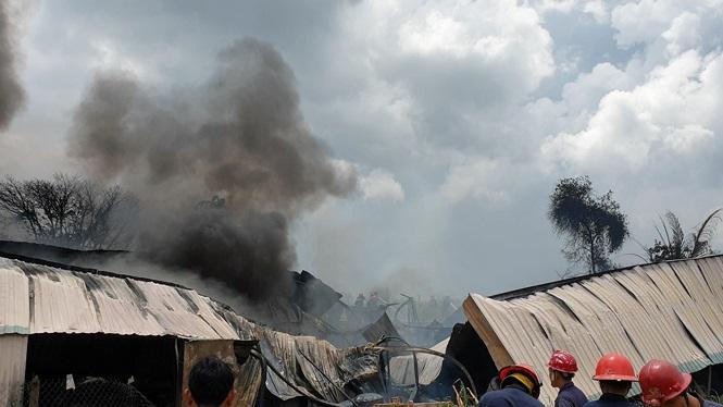 Cháy lớn nhiều nhà xưởng ở Sài Gòn, khói đen bốc ngút trời - ảnh 4