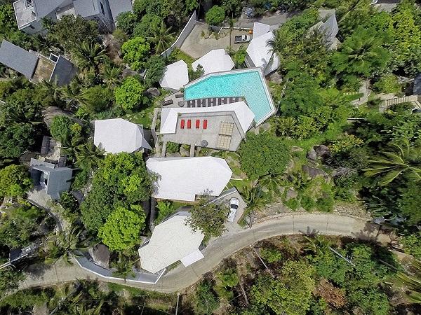 Nhìn từ trên cao, khu biệt thự bao gồm 3 khu nghỉ dưỡng, một sân thượng tắm nắng và một hồ bơi cao cấp nằm giữa trời.