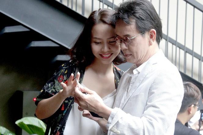 Những nghệ sĩ Việt lấy vợ kém nhiều tuổi, cách biệt lớn nhất là 44 năm - ảnh 1