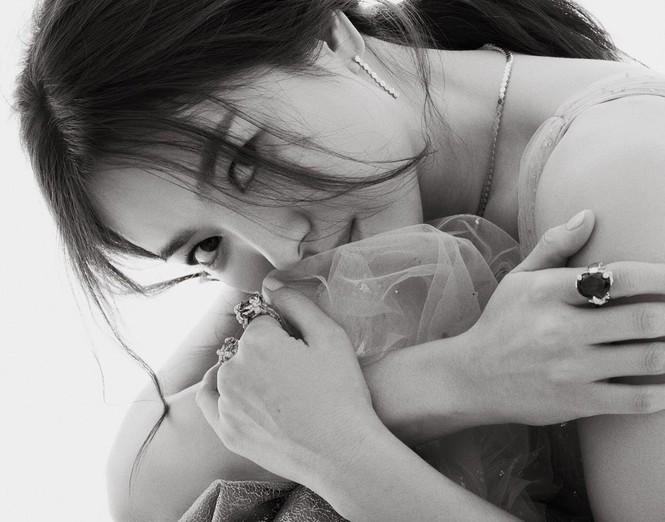 Song Hye Kyo gợi cảm bất ngờ với style tóc nâu môi trầm - ảnh 13