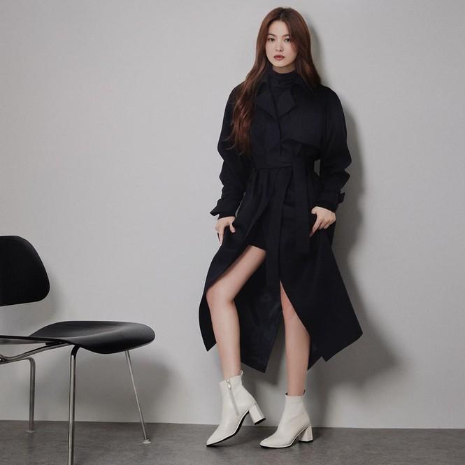 Song Hye Kyo gợi cảm bất ngờ với style tóc nâu môi trầm - ảnh 6
