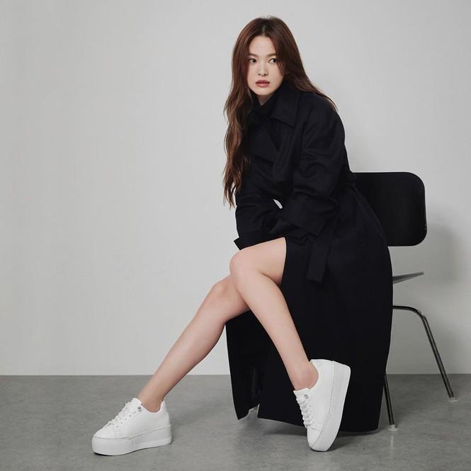Song Hye Kyo gợi cảm bất ngờ với style tóc nâu môi trầm - ảnh 3