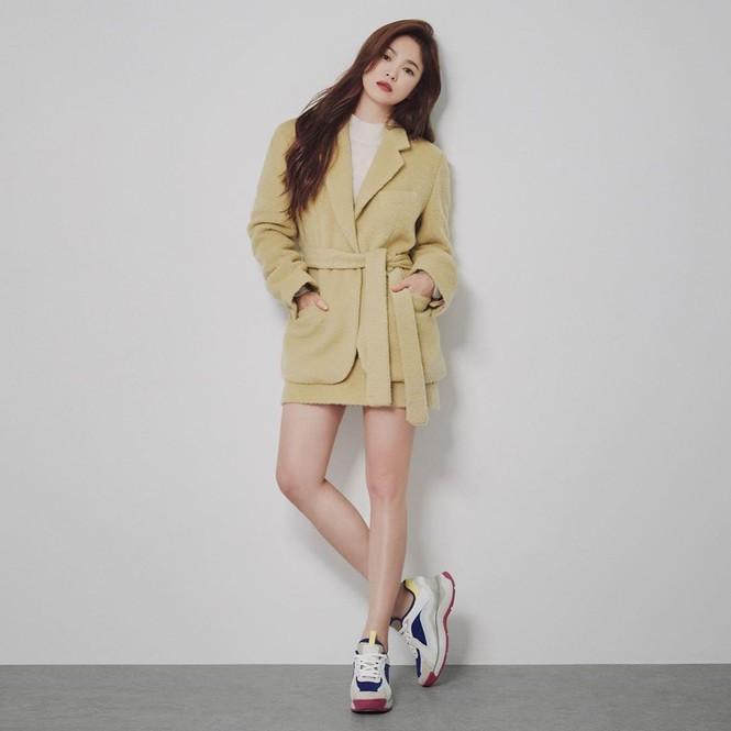 Song Hye Kyo gợi cảm bất ngờ với style tóc nâu môi trầm - ảnh 4