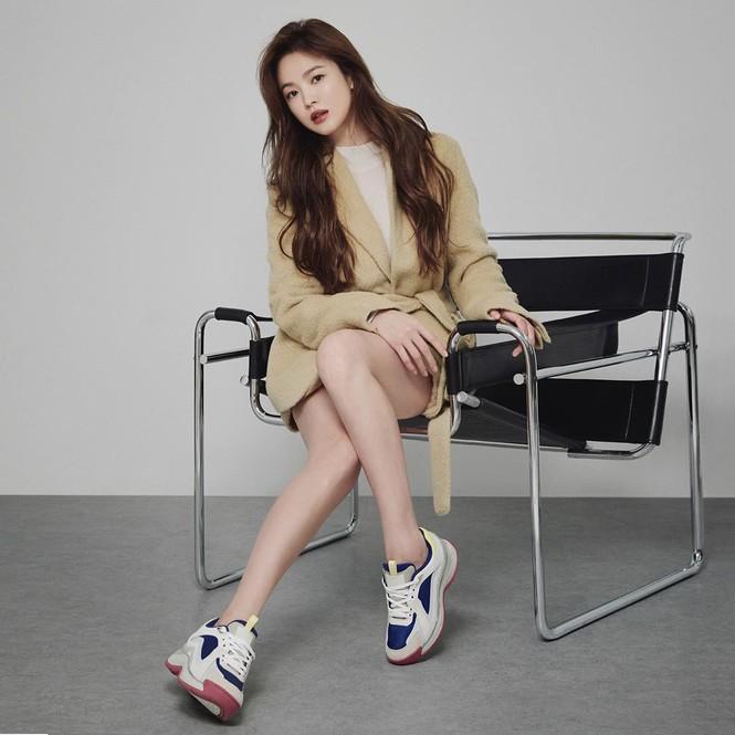 Song Hye Kyo gợi cảm bất ngờ với style tóc nâu môi trầm - ảnh 5