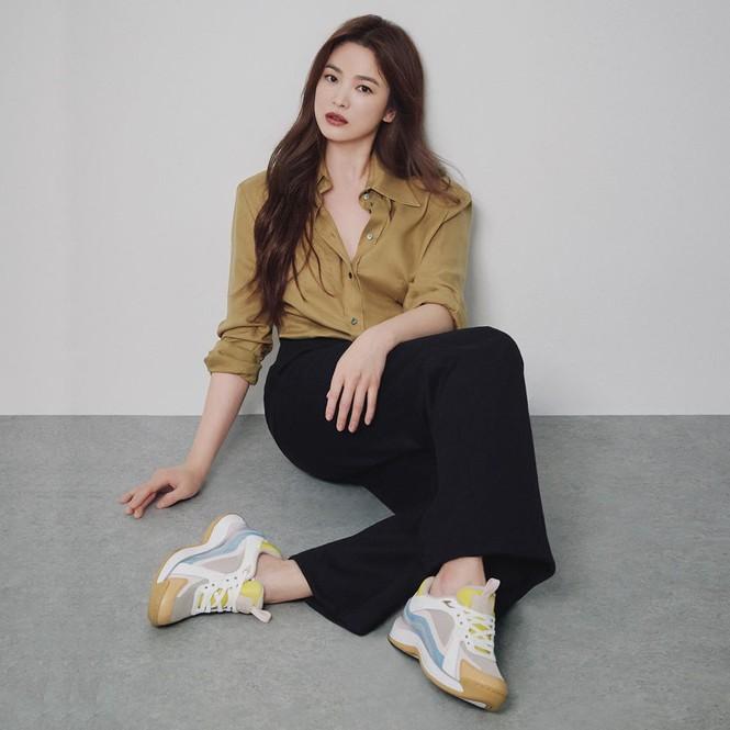Song Hye Kyo gợi cảm bất ngờ với style tóc nâu môi trầm - ảnh 7